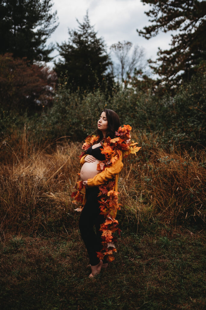 montgomery county creative maternity photo with fall leaf garland